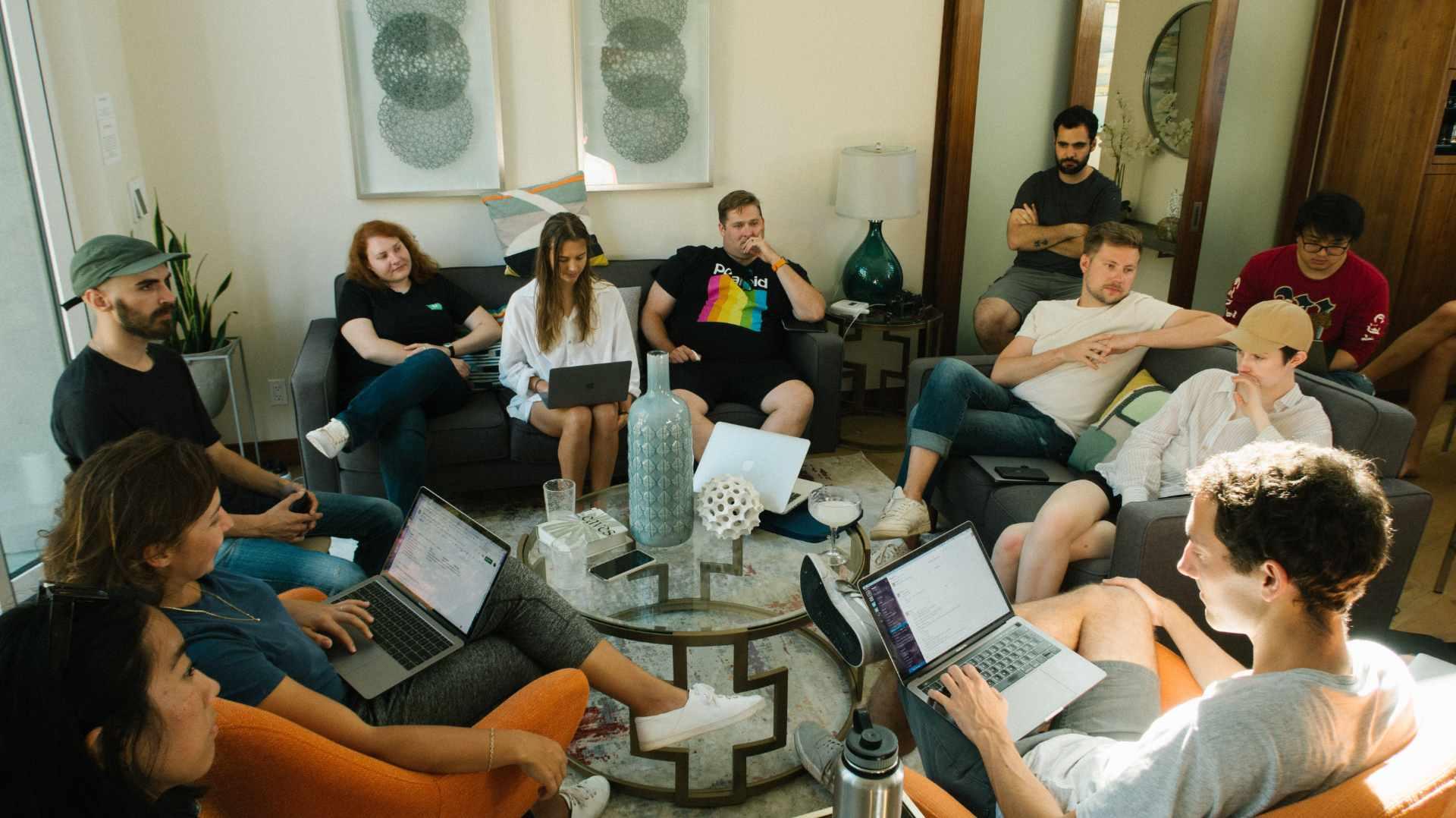 Gruppe sitzt und diskutiert