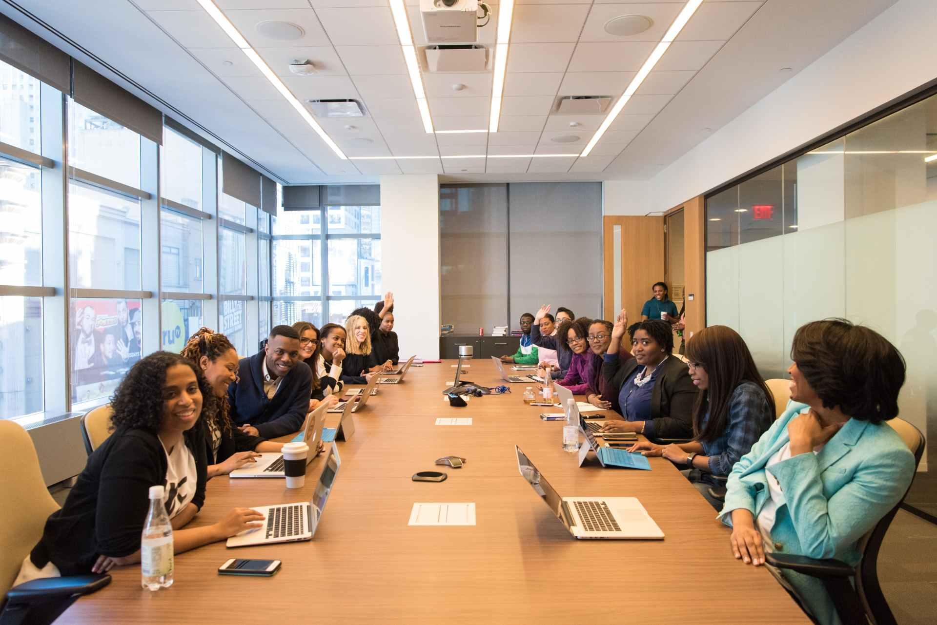 Großer Meetingroom mit vielen Menschen