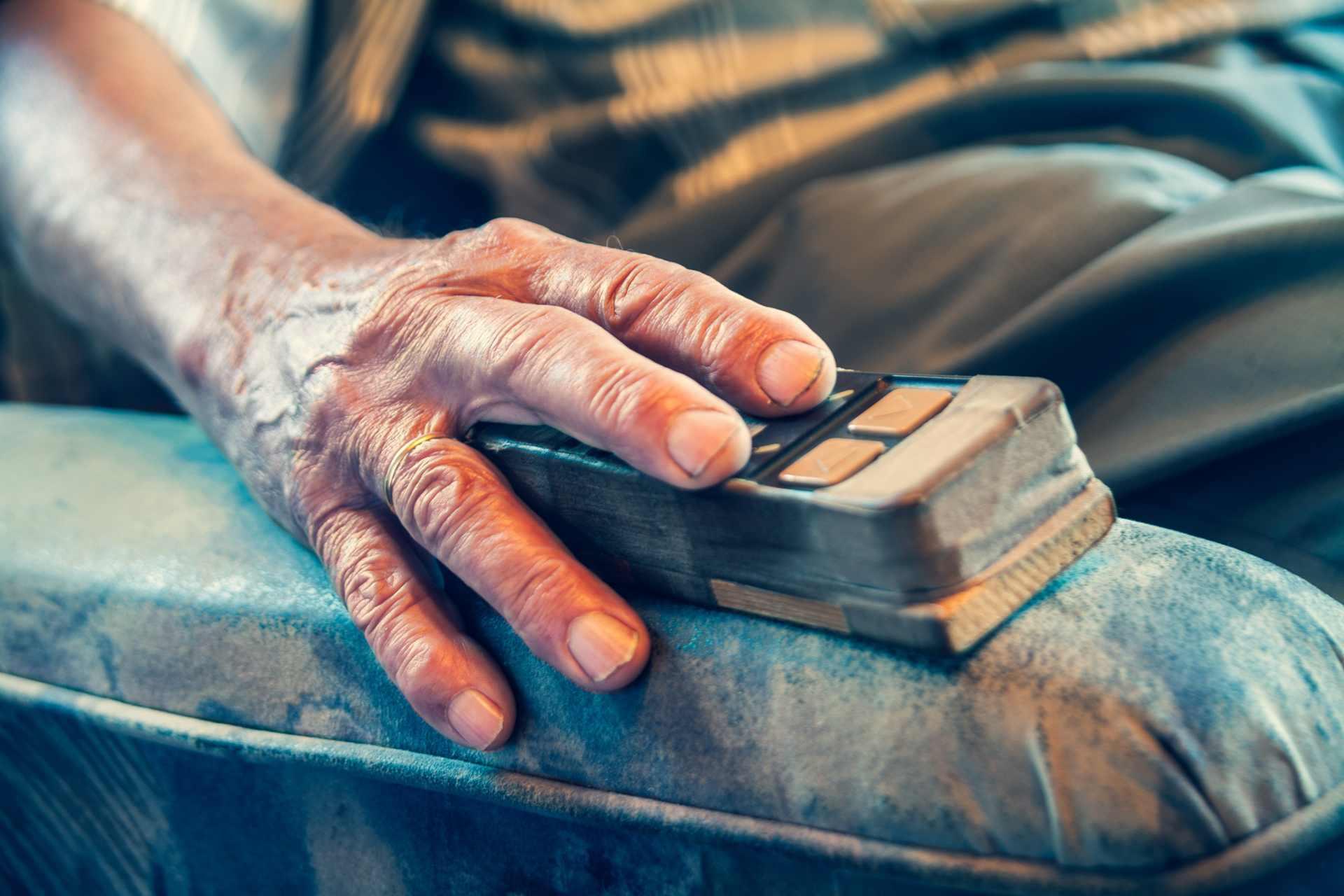 Hand von altem Mann