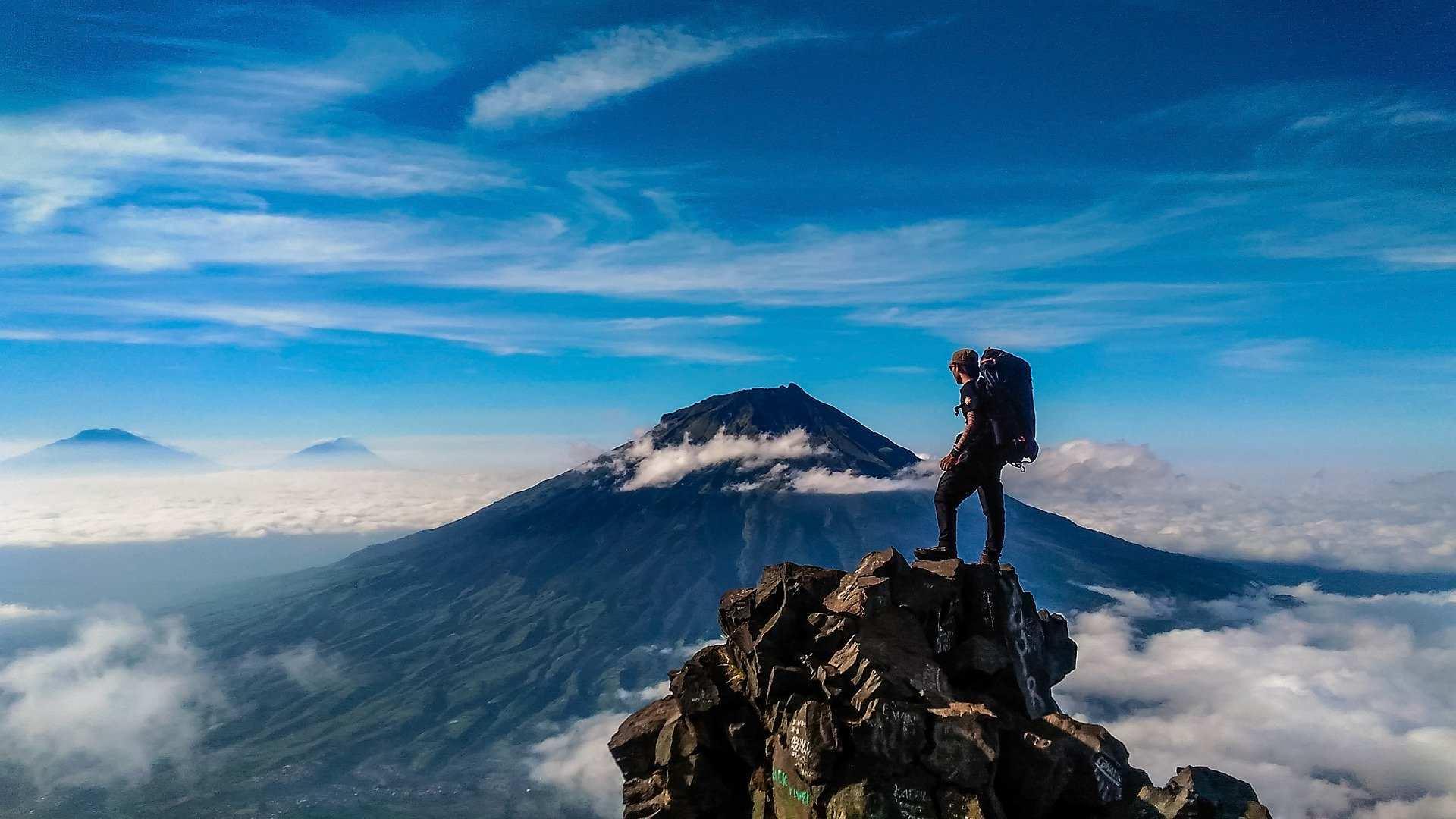 Mann auf Berggipfel
