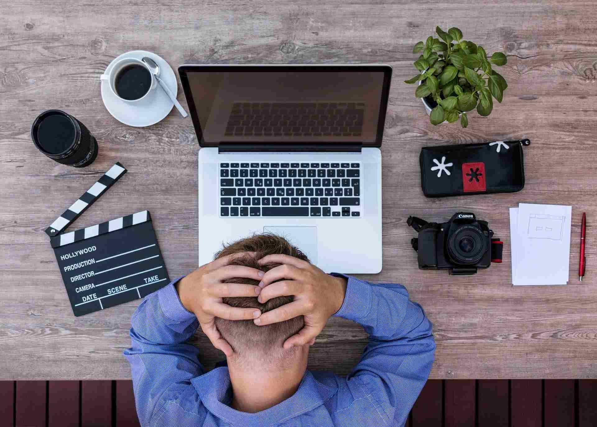 Mann frustriert vor Laptop