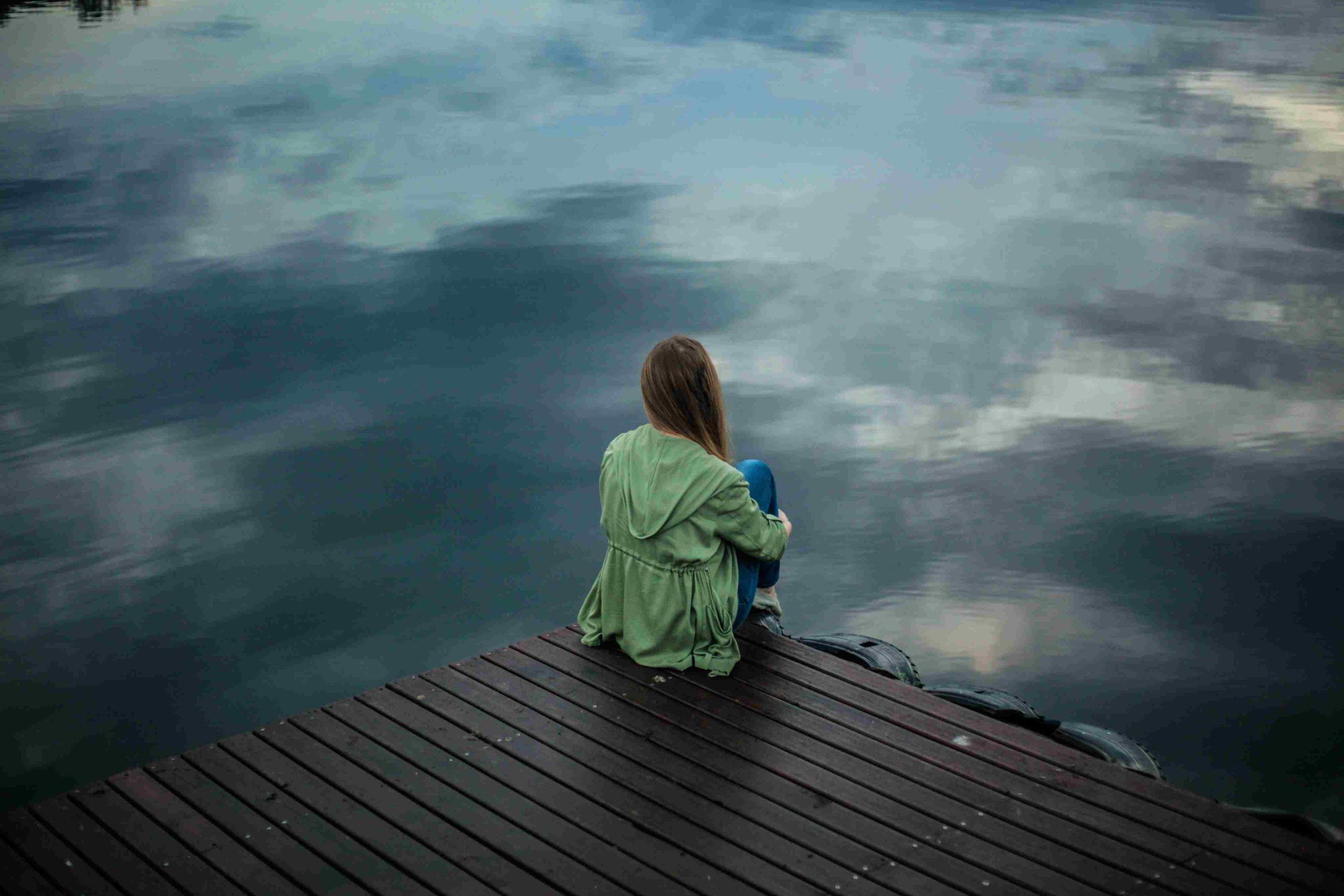 Frau schaut auf Wasser
