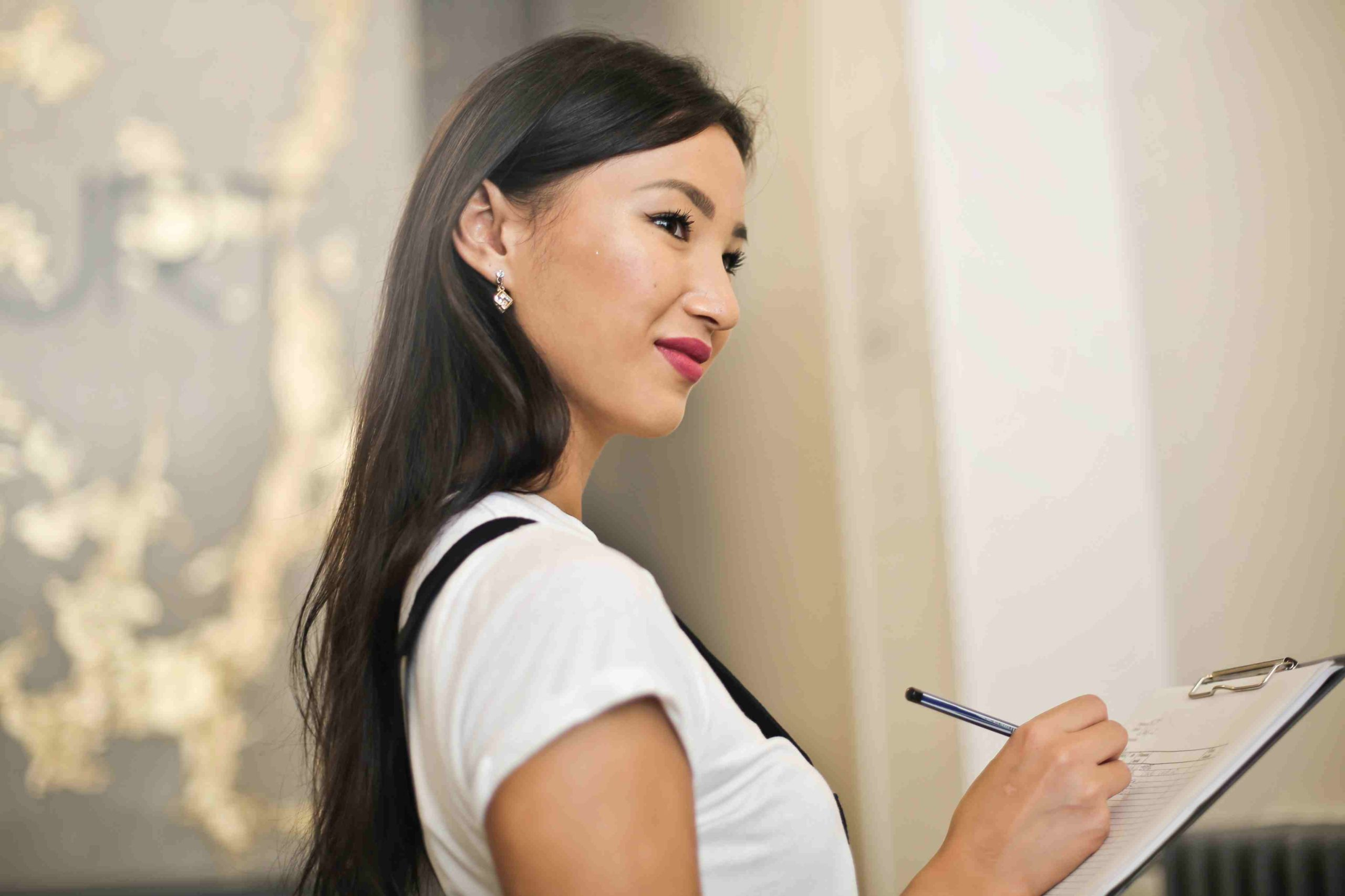 Frau mit Checkliste