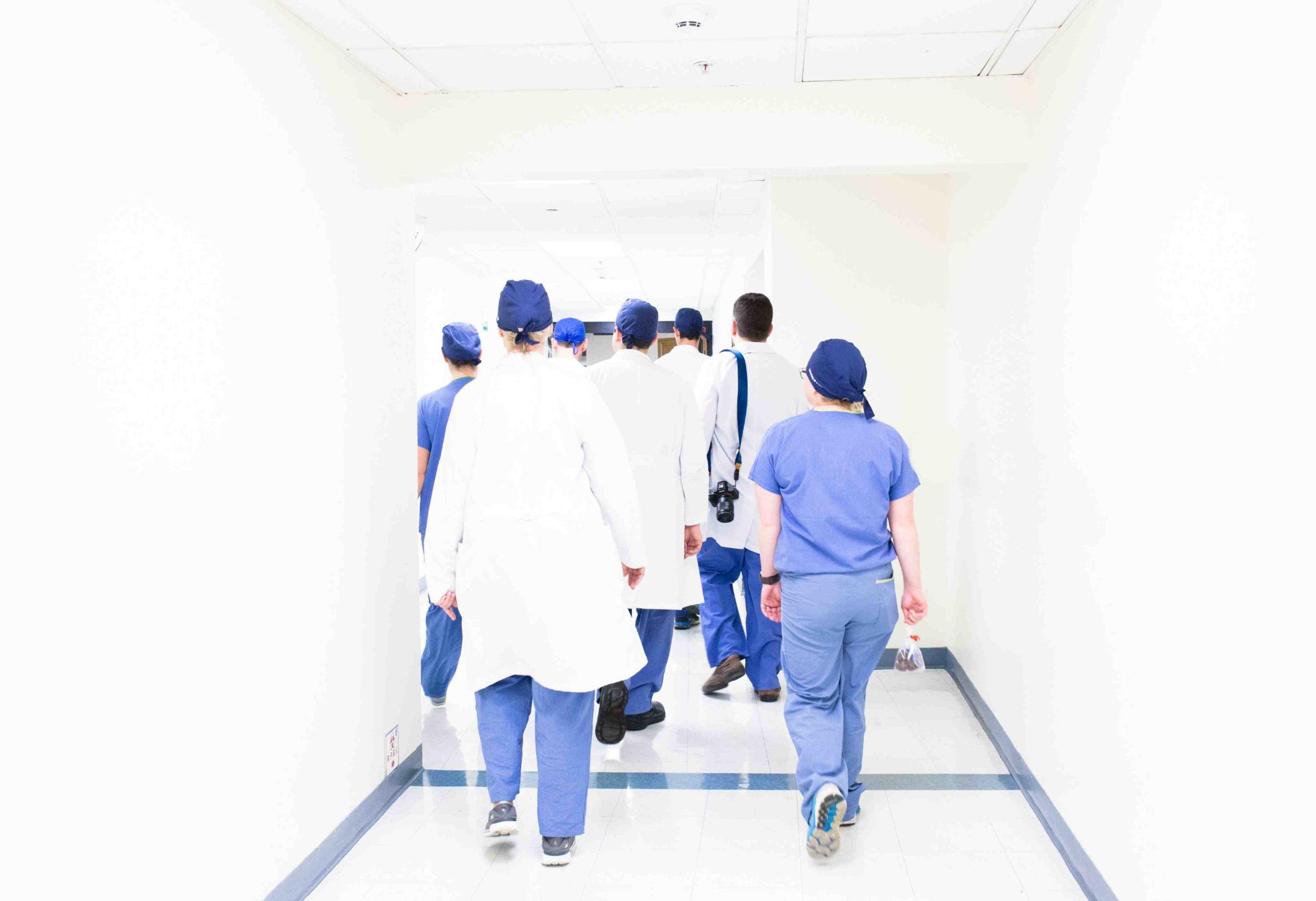 Menschen im Spital gehen am Gang