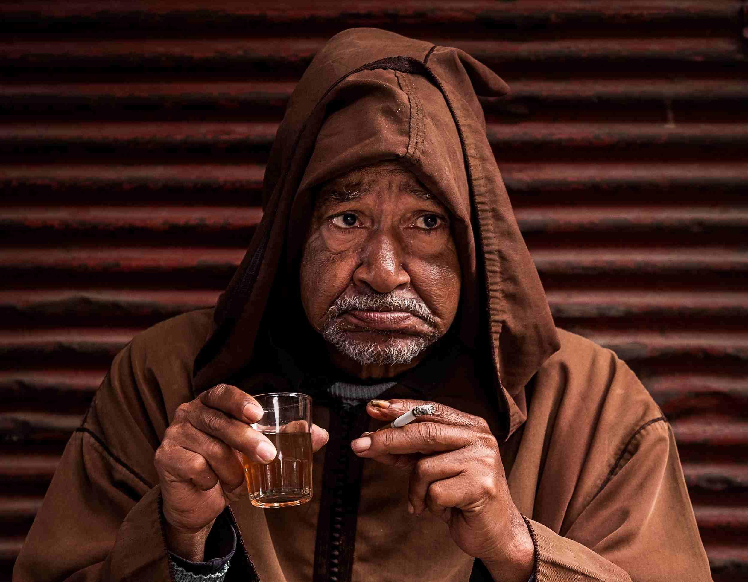 Mann trinkt und raucht