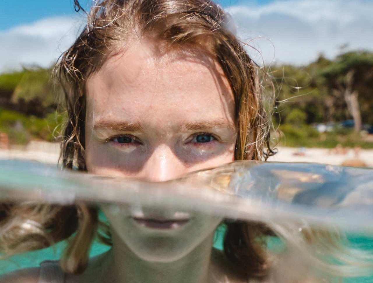 Frau bis zur Nase im Wasser