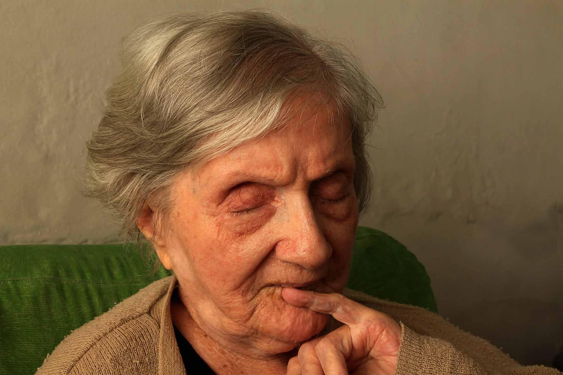 Alte Frau mit geschlossenen Augen