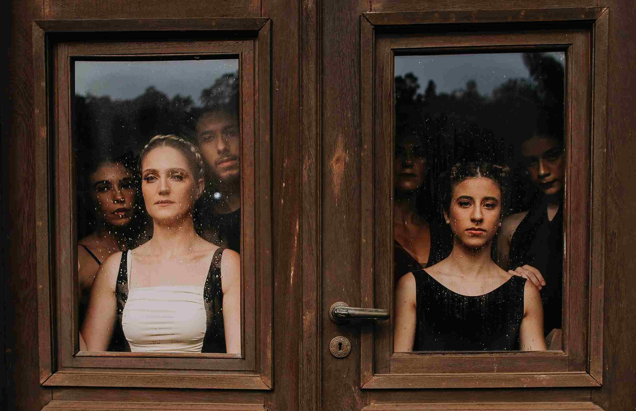 Viele Menschen hinter einer Holztüre