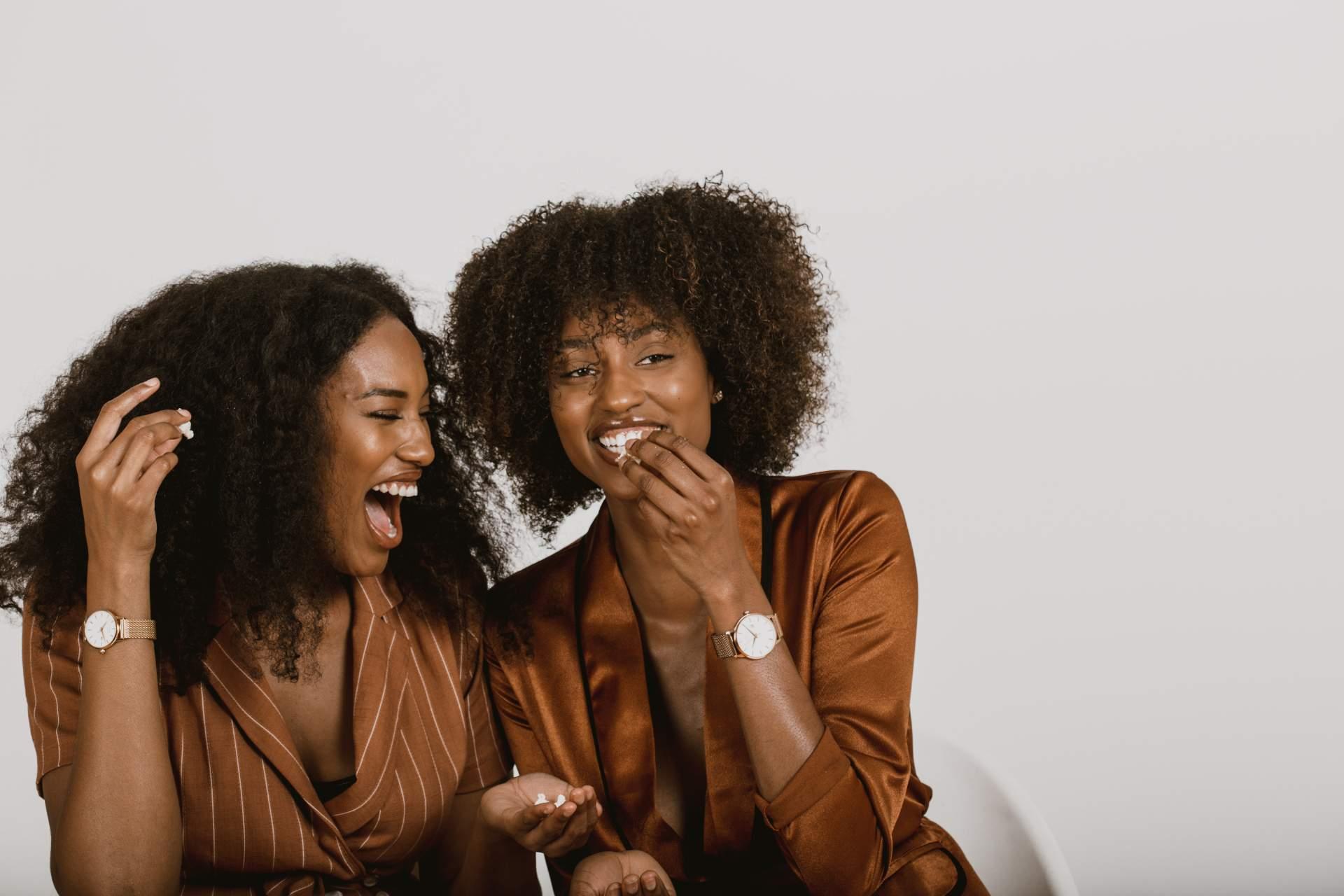 Zwei junge Frauen lachen